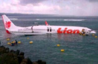 20130413160931979 Lion Air Passenger Plane Crashes in Bali [Photo]