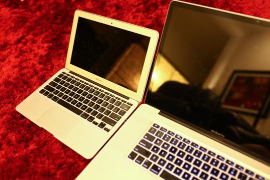 """11 inch MacBook Air vs 17"""" MacBook Pro: Glossy screen comparison"""